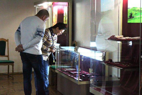 У Краєзнавчому музеї показали золоті скарби сарматів та срібло Грохольських