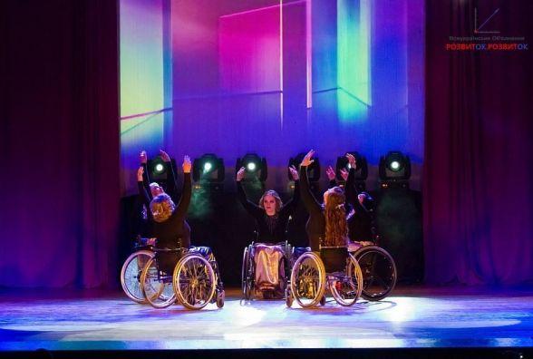 Тріумф у вечірніх сукнях і на інвалідних візках. Вінничанки станцювали вальс (ВІДЕО)