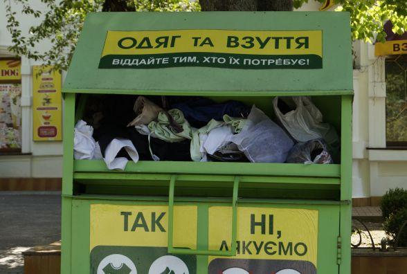Вінничани «завалюють» контейнери для благодійності  старим одягом