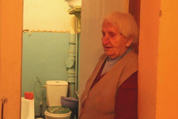 Квартиру 92-річної жінки два місяці заливають сусіди. А «ЖЕО» пропонує роздовбати стелю (ВІДЕО)