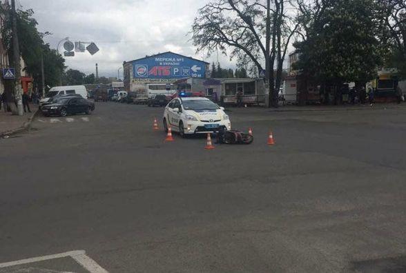 Біля залізничного вокзалу водій на сірому авто збив скутериста і втік