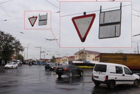Для водіїв: біля залвокзалу немає кругового руху. Зате є клумба