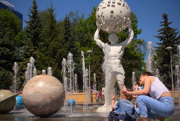 На Космонавтів Аполлон тримає сонце, а діти хлюпочуться у воді (ФОТОРЕПОРТАЖ)