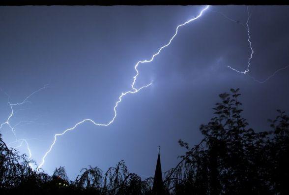 Гідрометцентр: на Україну насувається потужний циклон з грозовими зливами