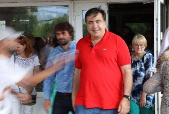 На Вінниччині Саакашвілі облили зеленкою. Він хоче щоб Порошенко відкупив йому футболку