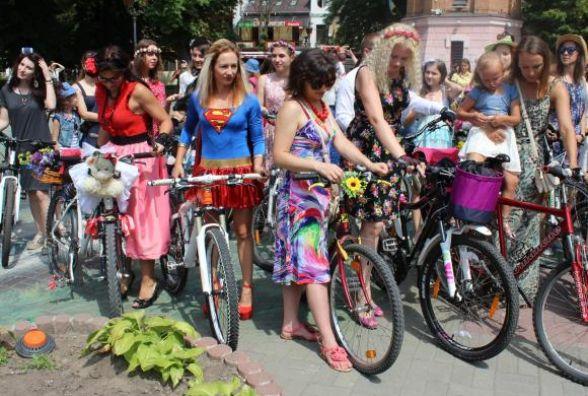 """Панянок та """"мужчин"""" в жіночому образі запрошують на велопарад «Леді на велосипеді»."""