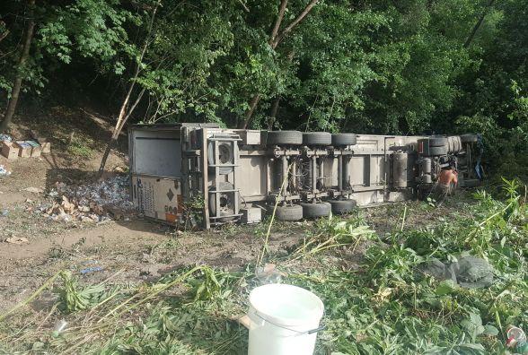 На об'їзній у кювет «злетіла» вантажівка «DAF». Її краном витягали рятувальники
