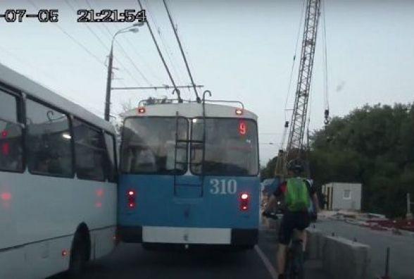 Маршрутка та тролейбус не розминулися на Київському мосту (ВІДЕО)