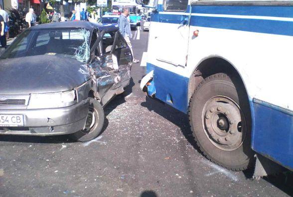 """На Коцюбинського автобус протаранив """"Ладу"""". Водія легковика забрала швидка"""