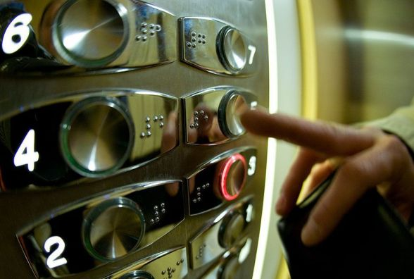 Застрягли в ліфті? «Щасливчики» з диспетчером зв'язуються через інтернет