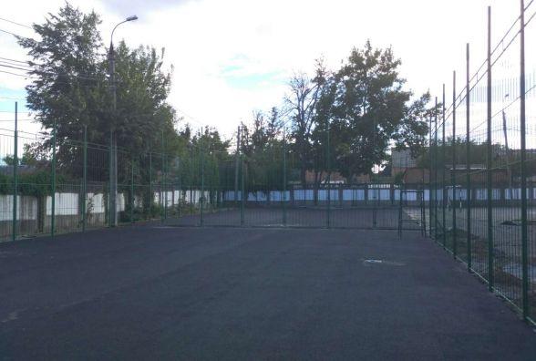 Біля четвертої школи будують нові спортивні майданчики