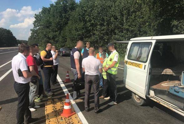 «Легкий заробіток» на дорозі: працівники Укртрансбезпеки брали гроші за проїзд у вантажівок