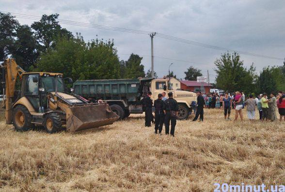 Жителі Сабарова перекрили проїзд техніки в знак протесту проти цвинтаря (ОНОВЛЕНО)