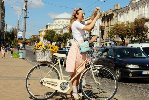 Леді на велосипеді. «Приїхала на 12-сантиметровій шпильці і перевзулася»