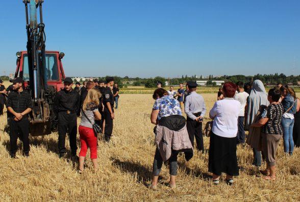 Сабарівчани п'ятий день продовжують блокувати будівництво нового кладовища