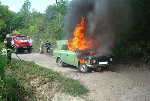 На Вінниччині спалахнув зелений автомобіль «Москвич»
