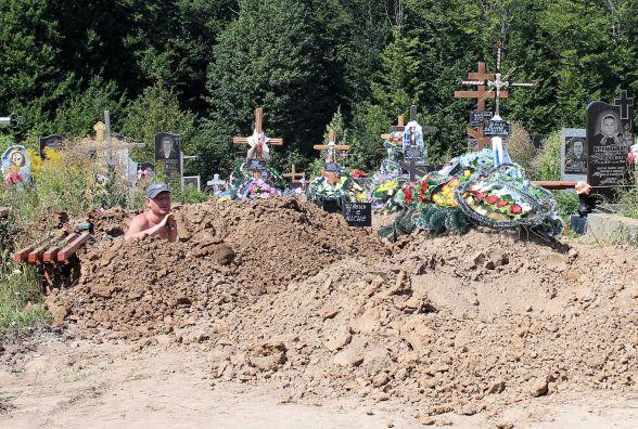 «Перекрили дорогу і на ній вже почали ховати». Репортаж з кладовища на Луці