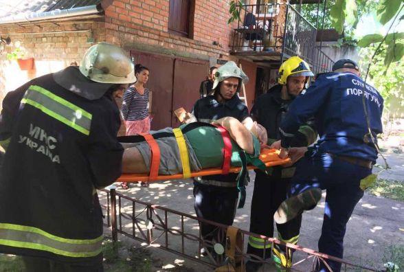 На вулиці Д.Галицького чоловік випав з балкону. Потерпілого забрала «швидка»