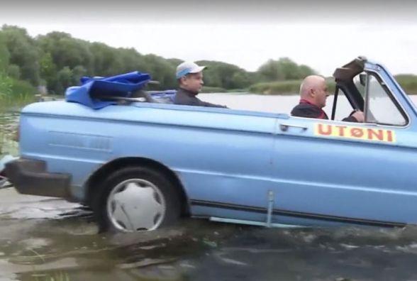 Вінничанин переробив «Запорожець» на моторний човен (ВІДЕО)