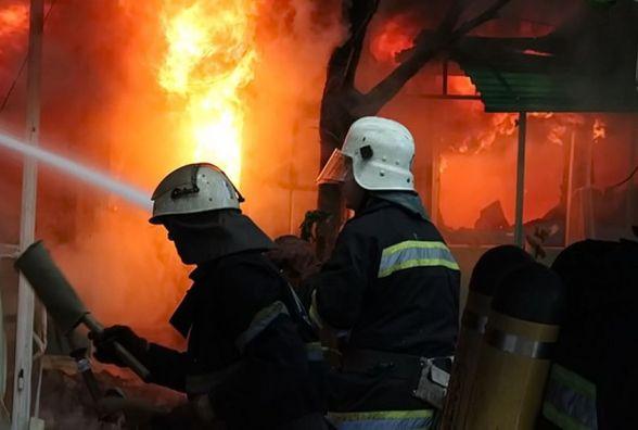 На світанку в Вінниці загорівся магазин продуктів. Причини пожежі невідомі