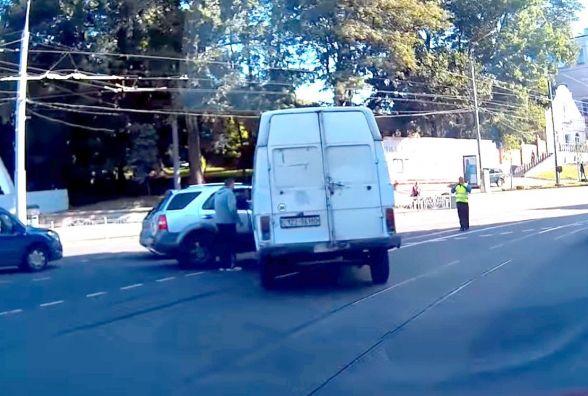 Дві ДТП біля Універмагу: бус стукнув «КІА», а за 100 метрів легковик протаранив таксі