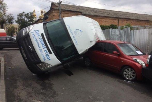 Біля Мурів водій «Деу» протаранив «Ford». Бус перекинувся на дві автівки
