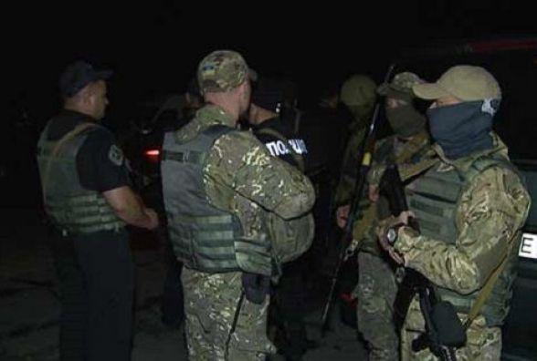 У Вінницькому районі 30 озброєних чоловіків заважали поліції проводити обшук