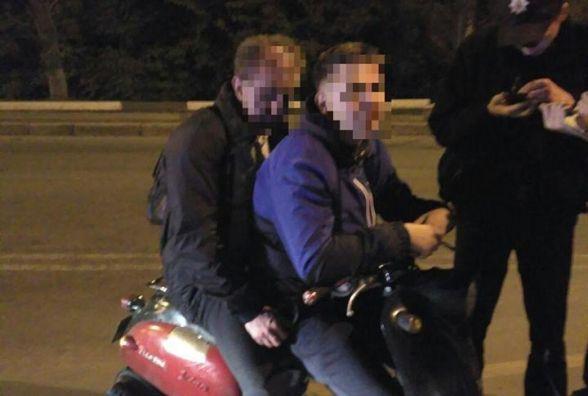 Двоє п'яних - син та батько, на мопеді намагався проїхати через Київський міст