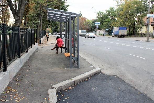 «Спиною» до дороги поставили зупинку біля Центрального парку