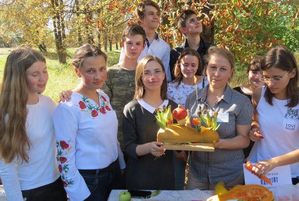 У День відкритих дверей юннати пригощали вирощеними власноруч плодами