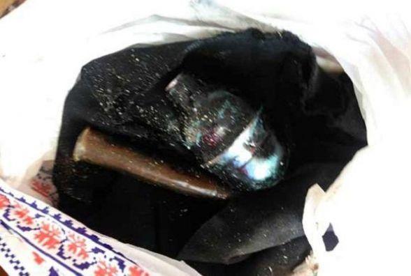 У лісі житель Тростянця знайшов гранату та патрони. Додому їх ніс у пакеті
