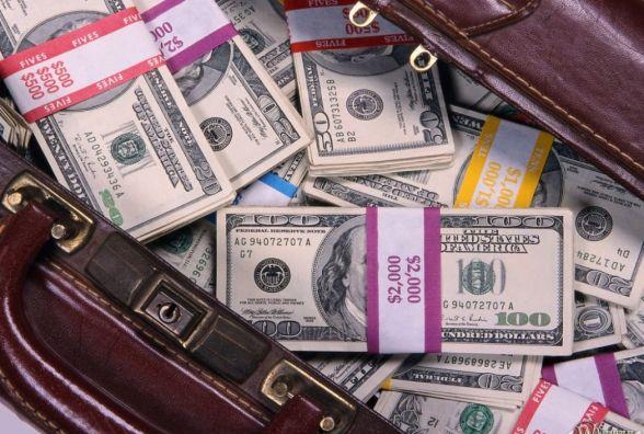 Посетитель винницкого ресторана забыл там сумку набитую пачками долларов (Новости компаний)