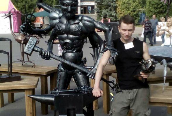 Вінничанин Руслан Бойчук повіз на конкурс ковалів шестирукого велетня