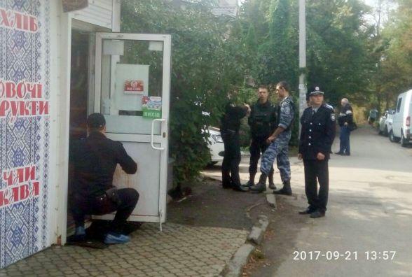 На зупинці Олександра Музики двоє невідомих підрізали продавчиню магазину