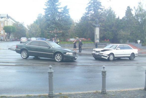 Перед Центральним мостом зіткнулися дві Audi. Постраждали тільки авто