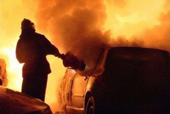 Чотири вогнеборці гасили палаючу іномарку в Літинському районі