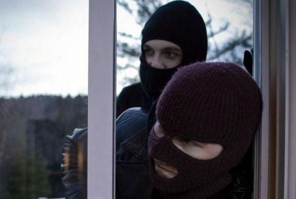 Розкрили розбійний напад у Стрижавці, де зв'язали жінку і винесли сейф