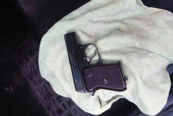 Вінничанин в «BMW» возив пістолет з патронами. Йому світить сім років
