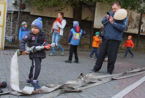 На святі «Місто професій» діти «працювали» рятувальниками та поліцейськими