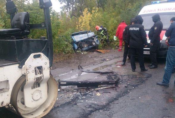 На Вінниччині рятувальники діставали із потрощеної іномарки водія