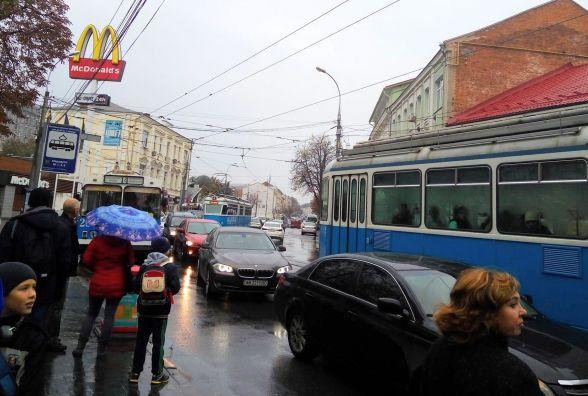 «Транспортний апокаліпсис»:  у центрі стоять тролейбуси і трамваї через обрив контактного проводу