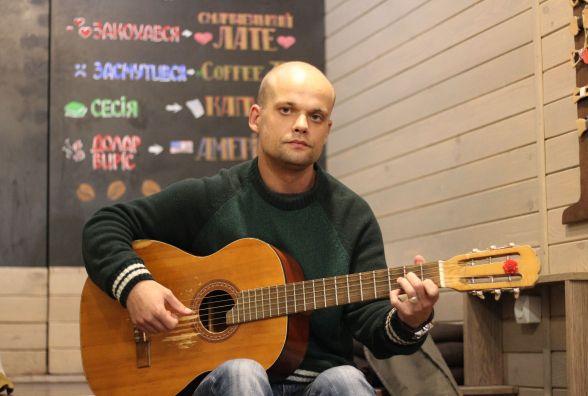 «Музика може творити дива»: про вуличного музиканта, що грає біля вежі
