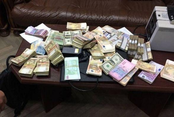 """Вінницькі бізнесмени """"наміняли"""" валюти на мільйон сувенірних купюр"""