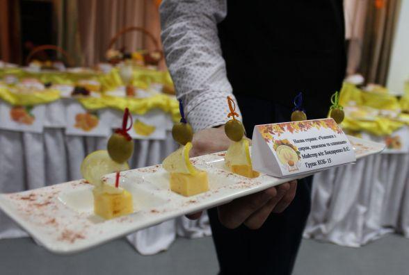 Фрукти з куркою, креветками та величезний торт-сова. Як майбутні кухарі святкували День кулінара
