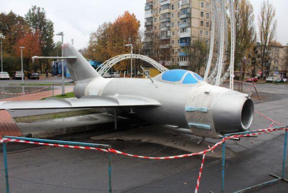 ФОТО ДНЯ: Відреставрований літак «Міг-15» повернули на Космонавтів