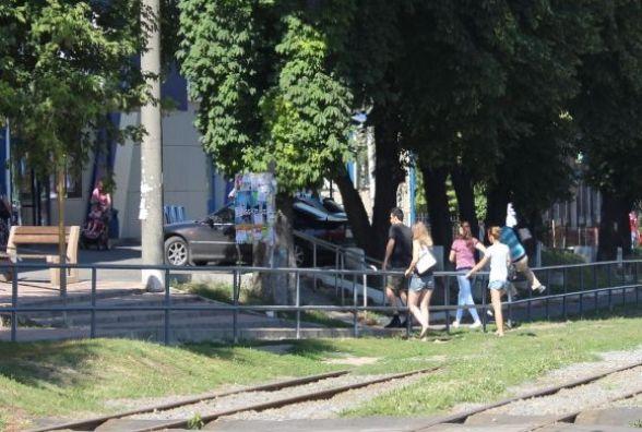 Вінничани не хочуть стрибати через паркан. Просять світлофор на розі Пирогова, Блока та Литвиненко