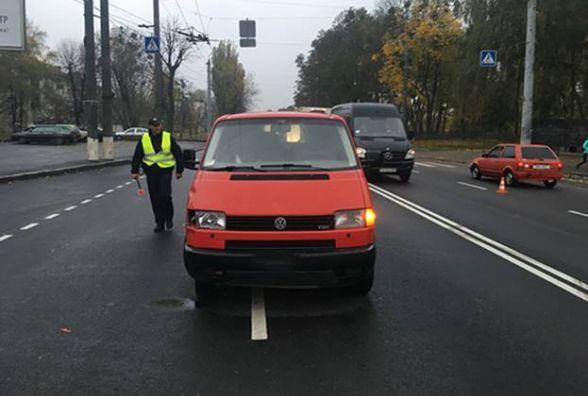 На Київській мікроавтобус збив на «зебрі» двох 17-річних дівчат
