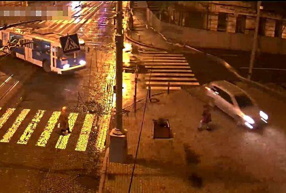 Нетверезий водій тікав від копів і ледь не збив пішохода на тротуарі