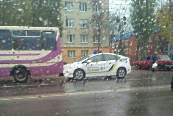Аварія з поліцейським «Пріусом». Автобус задом наїхав на машину «копів»?