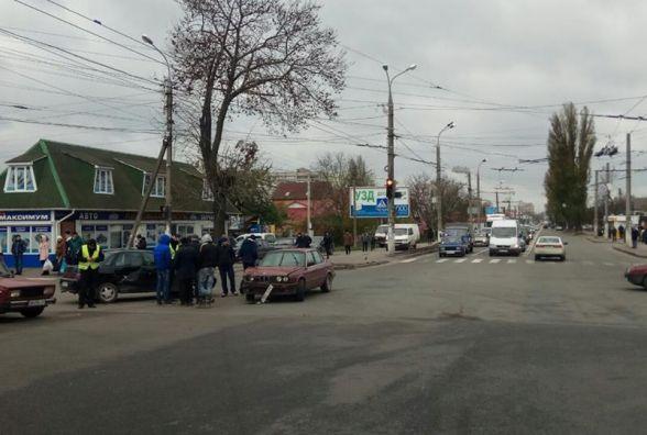 """ДТП в Вінниці: позашляховик """"підрізав"""" легковик. Іномарки не поділили перехрестя"""